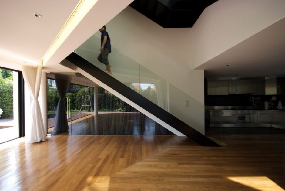 Integrating Transparent Glass Balustrade Combined with Wooden Steps