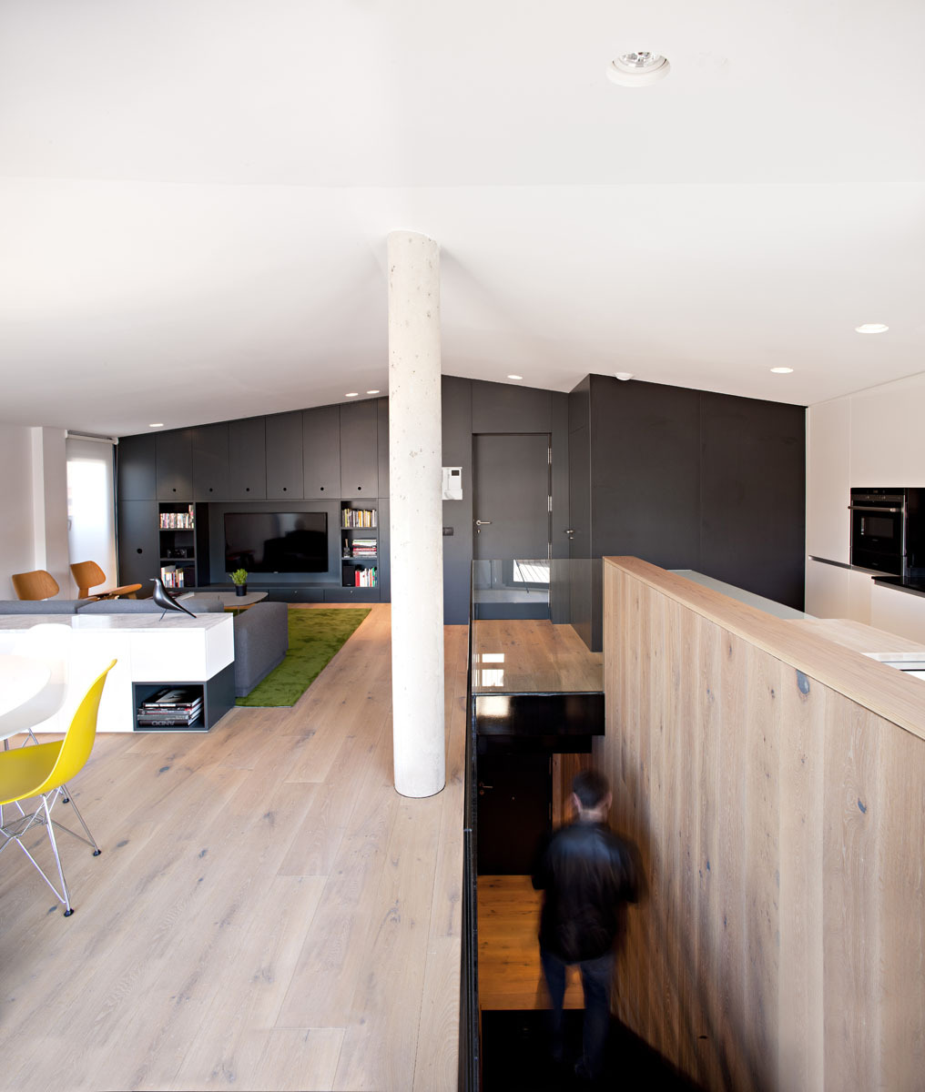 Level with Simple Dining Space and the Modern Kitchen
