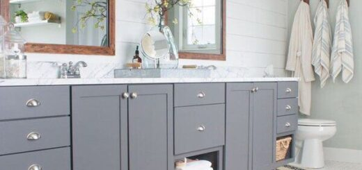 Farmhouse Style Grey And White Bathroom [Source: https://pin.it/1VpeHZv]