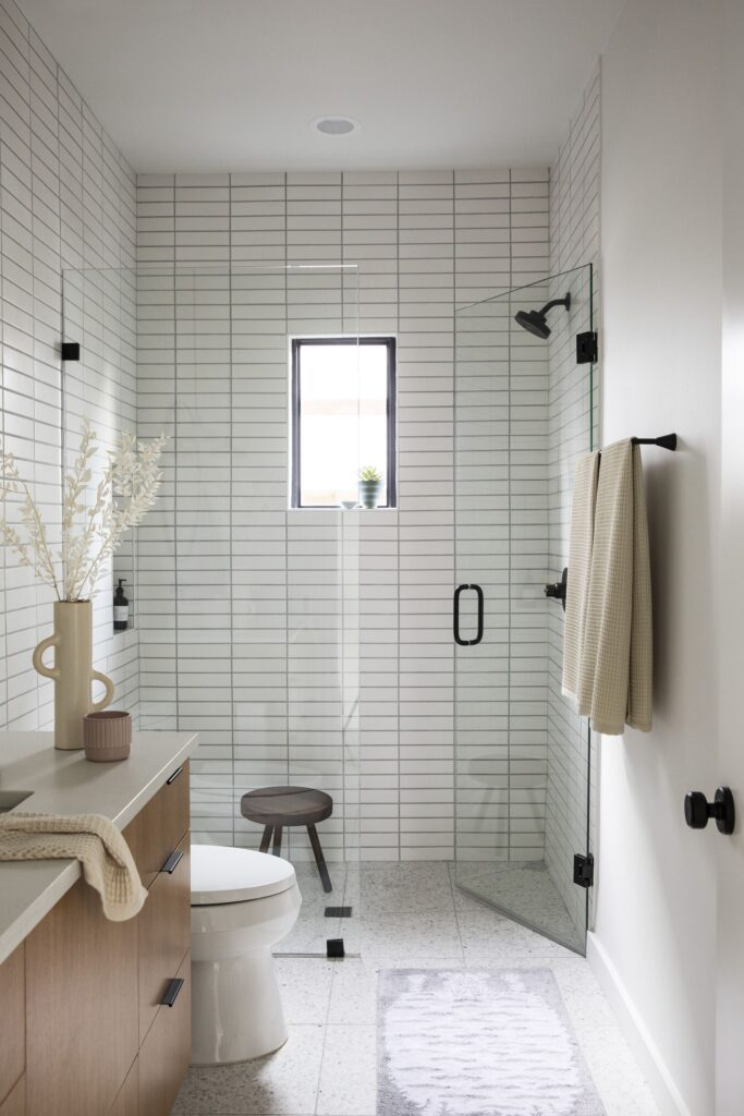 Small Bathroom With Walk-in Shower [Source : https://pin.it/44w7EXB]